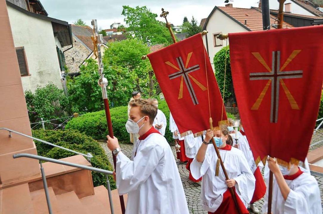 Ministranten ziehen mit Kreuz und Fahn... zum Festgottesdienst in St. Fridolin.  | Foto: Daniel Gramespacher
