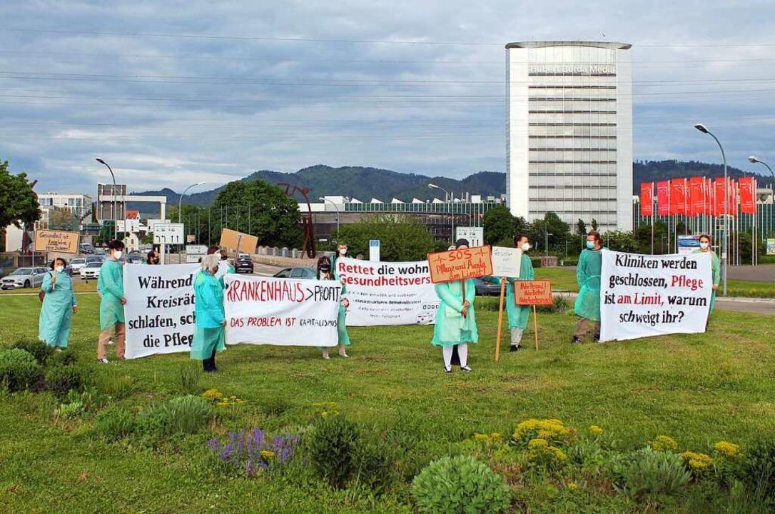 Öffentlichkeitswirksam demonstrierten ... auf dem Messekreisel am Stadteingang.  | Foto: Wolfgang Achnitz