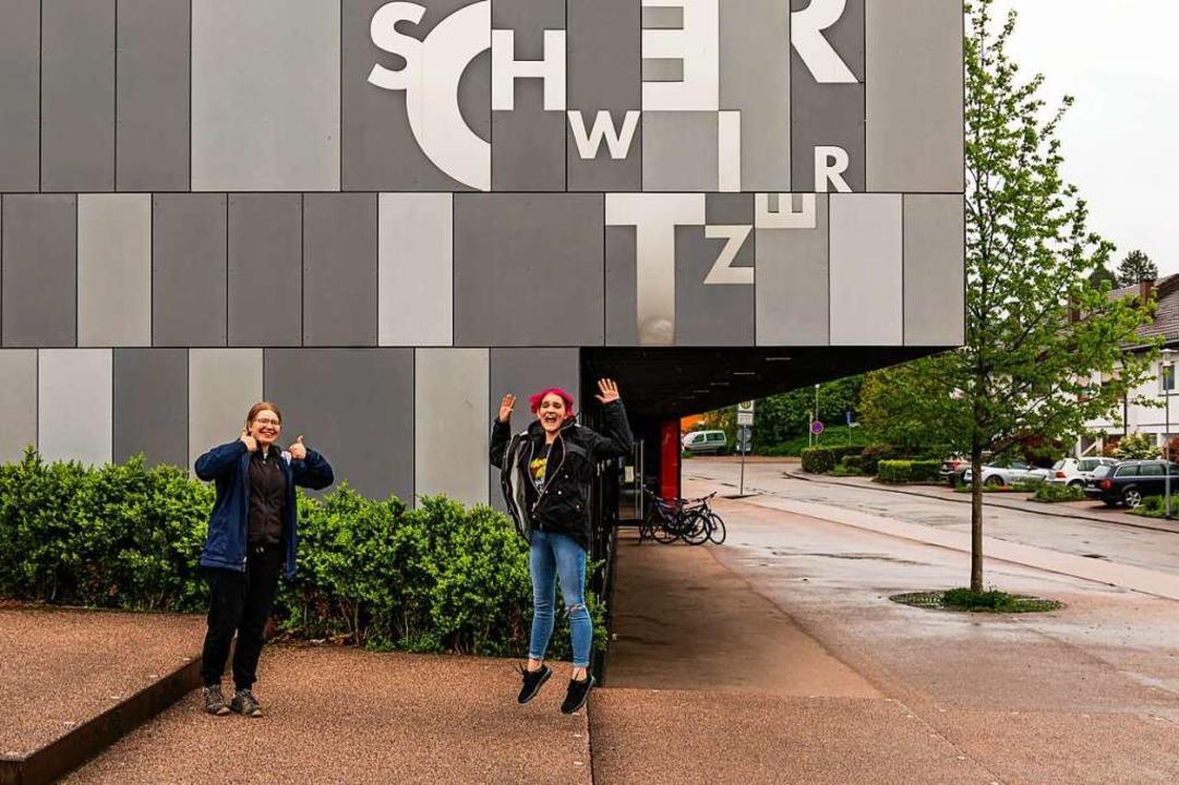 Sichtlich erleichtert: Paula Grunwald und Mona Seyl (von links)  | Foto: Hubert Gemmert