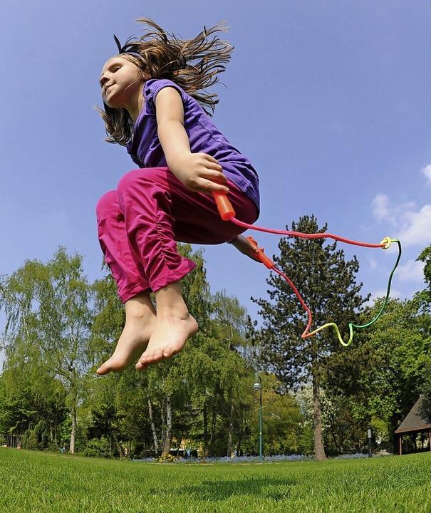 Kinder brauchen Bewegung. Die Sportvereine wollen ihnen diese bieten.  | Foto: Julian Stratenschulte (dpa)