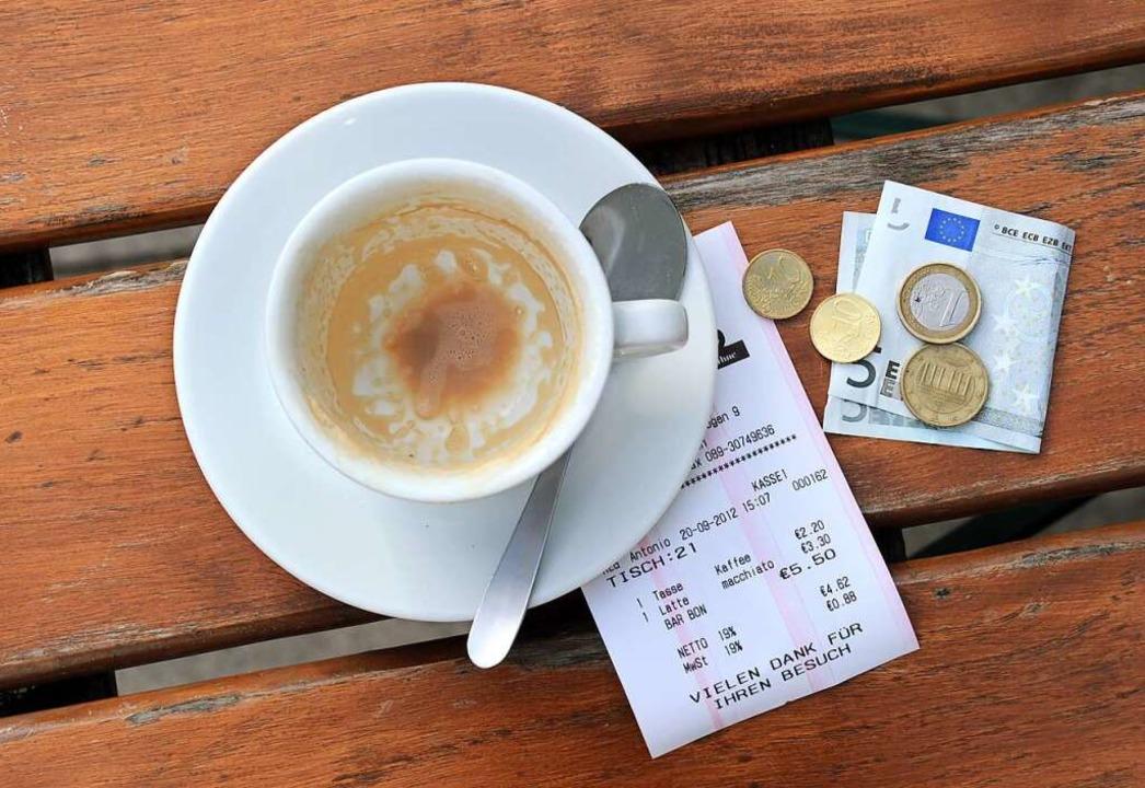 Ab Samstag wieder möglich: Kaffeetrinken gehen  | Foto: Tobias Hase (dpa)