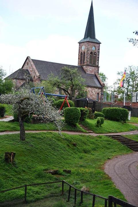Am Ende des Parks schaut die Hofener K...aun und auf Grillplätze und Schaukeln.  | Foto: Robert Bergmann