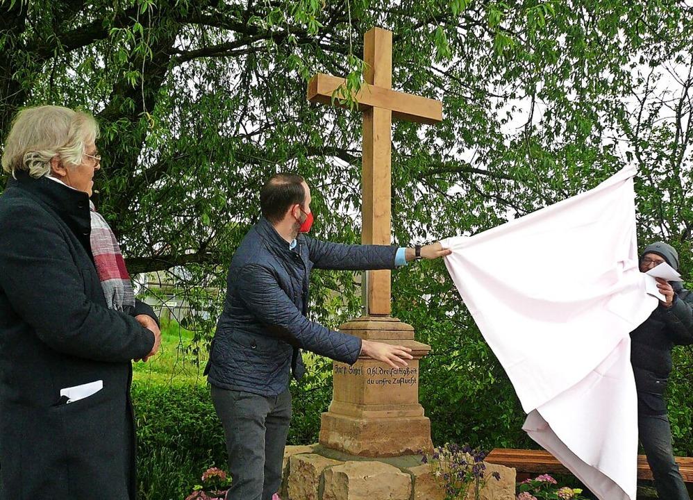 Feierliche Enthüllung des neuen Wegkre...astian Kiss, Pfarrer Jobst Bösenecker.  | Foto: Nina Herrmann