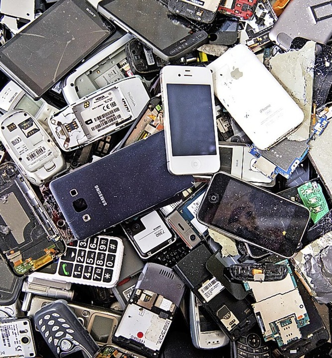 Rohstoffe aus alten Handys können wieder verwertet werden.    Foto: Julian Stratenschulte