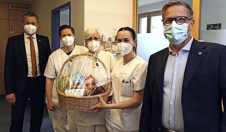Stationsleiterin Elisabeth Braun (Mitt...ektor Rick Pieger (rechts) überrascht.  | Foto: Ortenau-Klinikum
