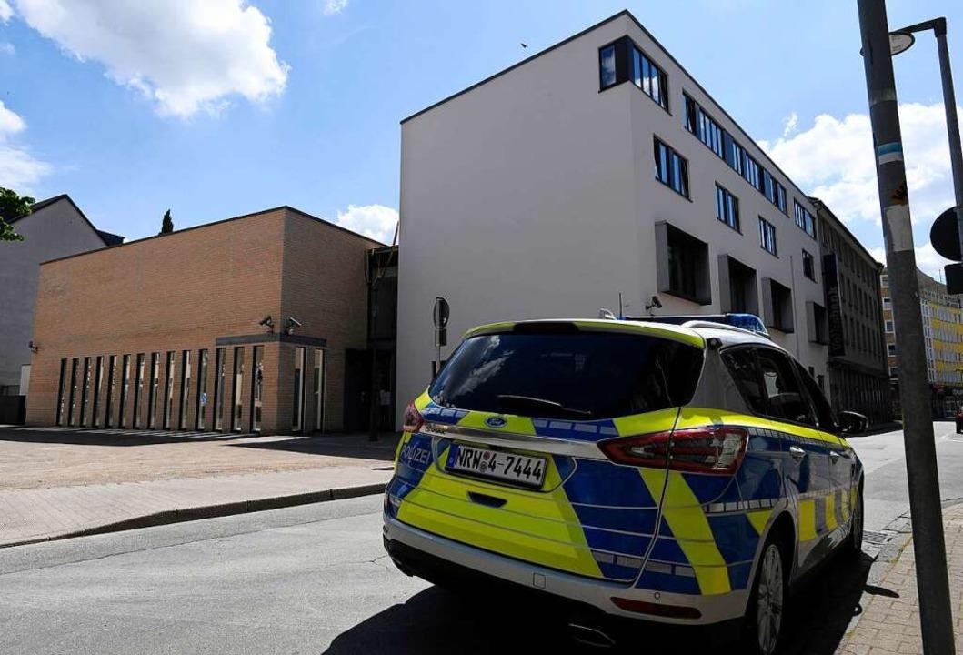 Polizeiwagen vor einer Synagoge in Gel...monstrationszug zu dem Gebäude bewegt.  | Foto: Roberto Pfeil (dpa)