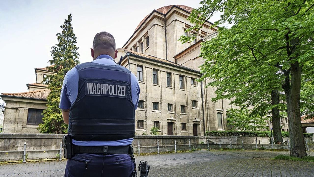 Mehr Schutz für die Synagogen gibt es ... Beamte der Wachpolizei Präsenz zeigt.    Foto: Frank Rumpenhorst (dpa)