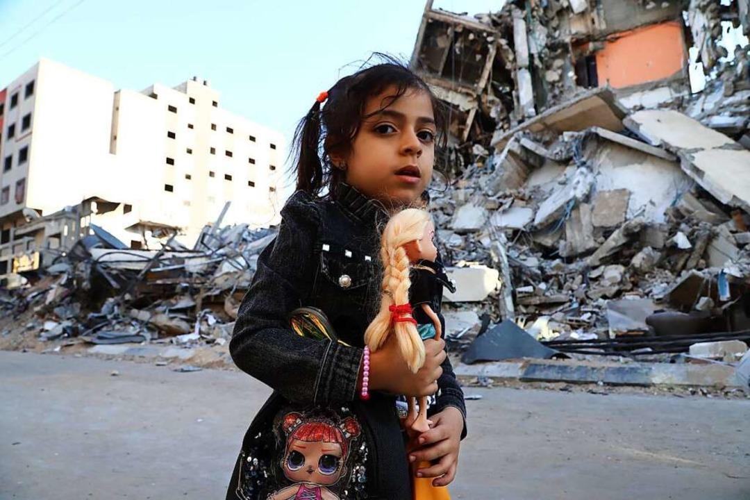 Ein Mädchen in Gaza läuft an von israe...ftangriffen zerstörten Häusern vorbei.    Foto: Naaman Omar (dpa)