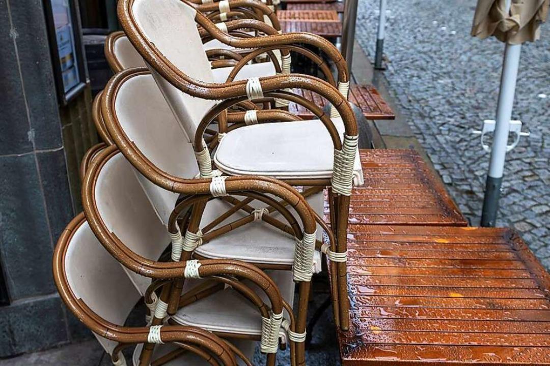 Bei vielen Gastronomen in Schopfheim bleiben die Stühle vorerst noch gestapelt.  | Foto: Hendrik Schmidt (dpa)