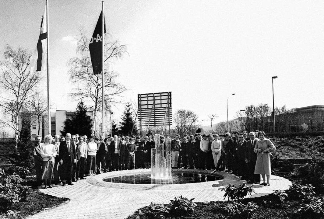 Die Belegschaft am Brunnen vor dem Neubau an der Tullastraße  | Foto: Autohaus Gehlert