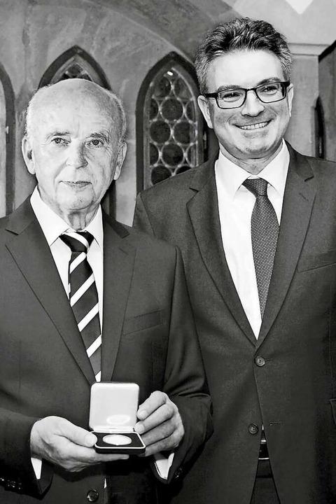 Im Jahr 2015 verlieh OB Dieter Salomon...taufermedaille des Landes an Grünwald.  | Foto: Autohaus Gehlert