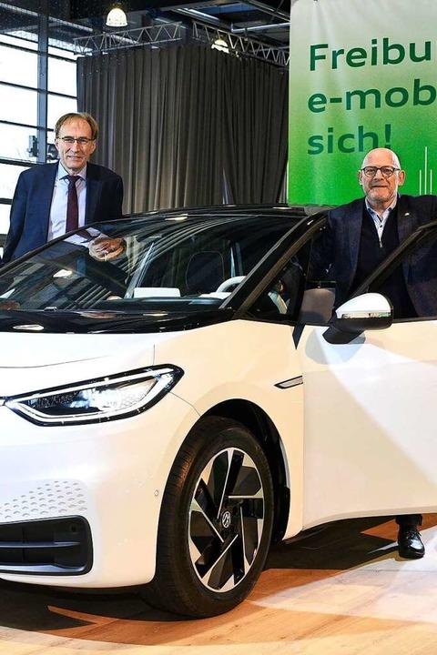 Zukunftsträchtig: Freiburgs Baubürgerm...ster Winfried Hermann mit einem E-Golf  | Foto: Autohaus Gehlert