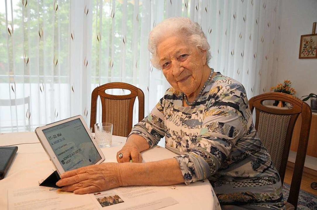 Gerda Milde hat in der Corona-Pandemie...och den Umgang mit dem Tablet gelernt.    Foto: Regine Ounas-Kräusel