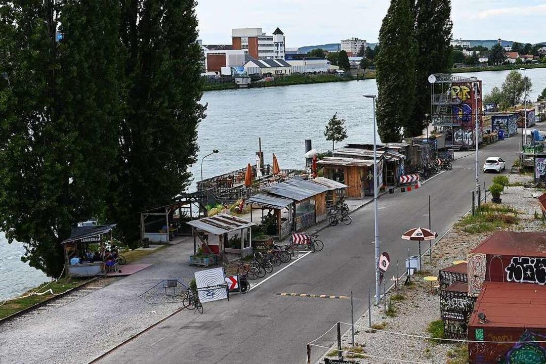 Blick auf die Uferstraße vom Leuchtturmschiff auf dem Holzpark Klybeck.    Foto: Jonas Hirt