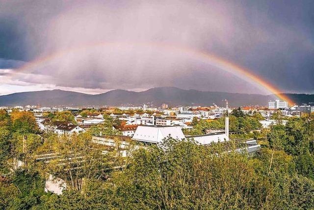 Regenbogen über Freiburg mit Blick auf den Kandel