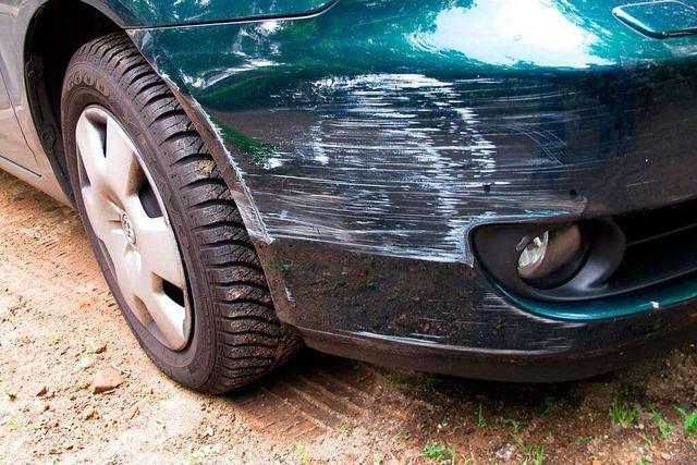 Auto beim Ausparken vor Haslacher Drogeriemarkt beschädigt