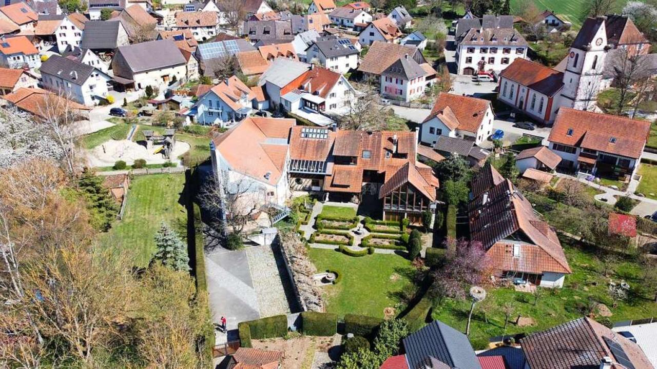 Das Gebäude der ehemaligen Seniorenakademie liegt in der Holzener Dorfmitte.  | Foto: Benjamin Weiss