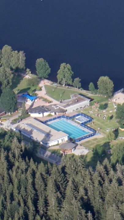 Das Becken an der Badestelle in Titise...ort coronakonforme Events stattfinden.  | Foto: Jürgen Peschek