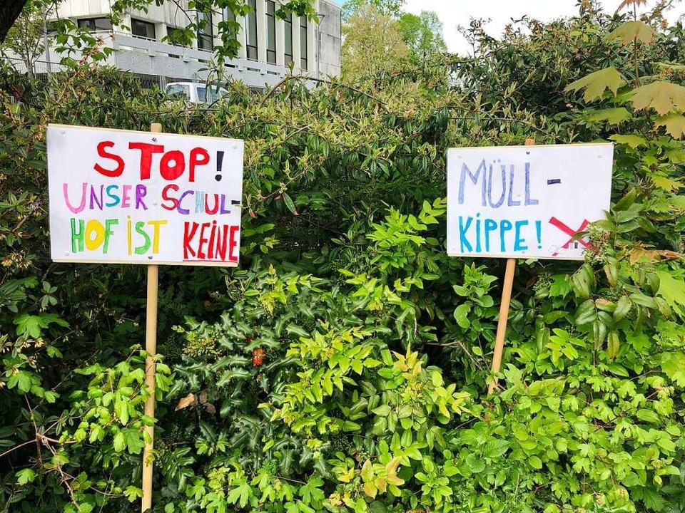 Mit diesen Schildern appellieren die S...e an die Einsicht der Müllverursacher.    Foto: Heike Kromer
