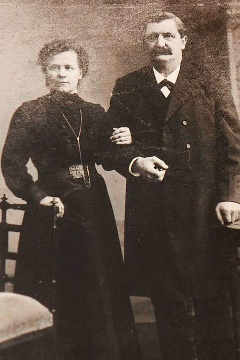 Anna Büche geborene Keller mit ihrem E...üche auf einer historischen Fotografie  | Foto: privat