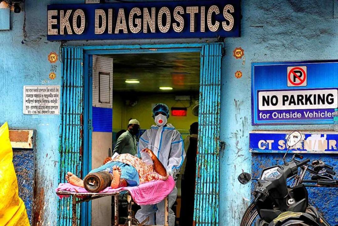 Mit den einfachsten Mitteln versuchen ...eben von Corona-Infizierten zu retten.    Foto: Avishek Das (dpa)