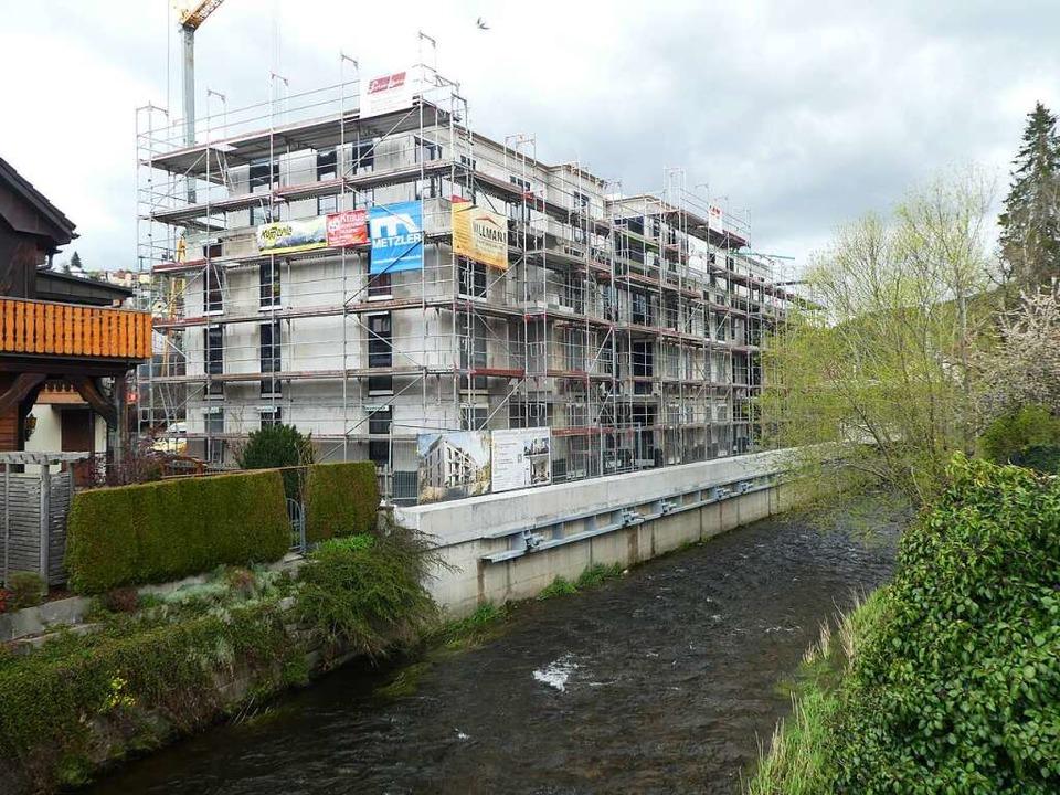 Von der Gutachbrücke aus gesehen: Das ...ntelang die alte Industriehalle stand.    Foto: Peter Stellmach