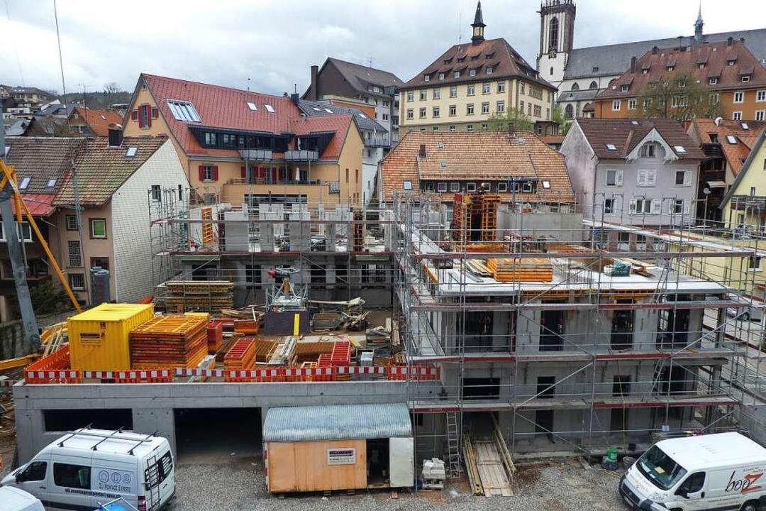 Vom Haus an der Gutach aus bietet sich...e Perspektive auf Rathaus und Münster.    Foto: Peter Stellmach
