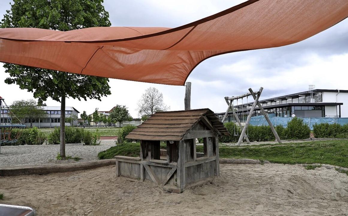 Das neue Sonnensegel auf dem Spielplatz hinter der Riedsporthalle in Ichenheim   | Foto: Christoph Breithaupt