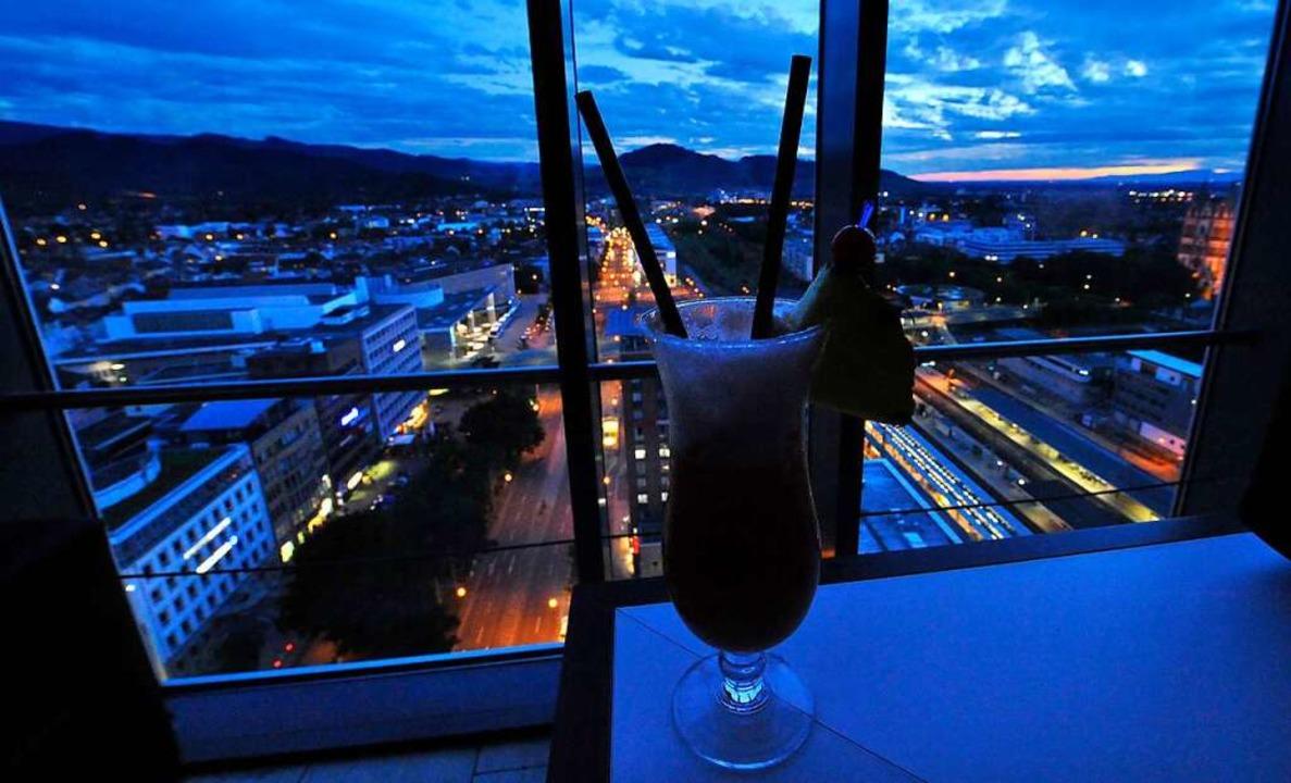 Darum heißt es blaue Stunde: Sonnenuntergang im 17. Stockwerk.    Foto: Michael Bamberger
