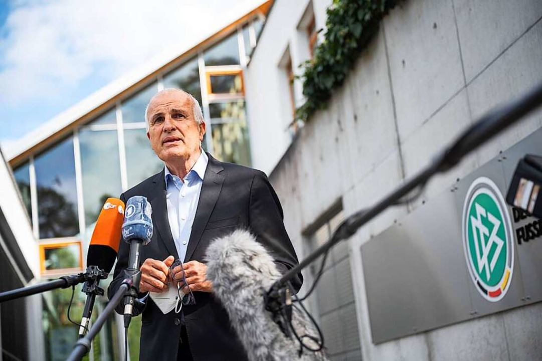 Christoph Schickhardt, Anwalt von DFB-...Freitag in Frankfurt ein Statement ab.    Foto: Sebastian Gollnow (dpa)