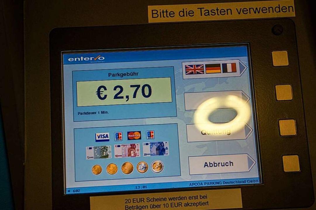 Tatsächlich verlangen die Kassenautoma...0 Cent mehr als offiziell ausgewiesen.    Foto: Peter Dietrich