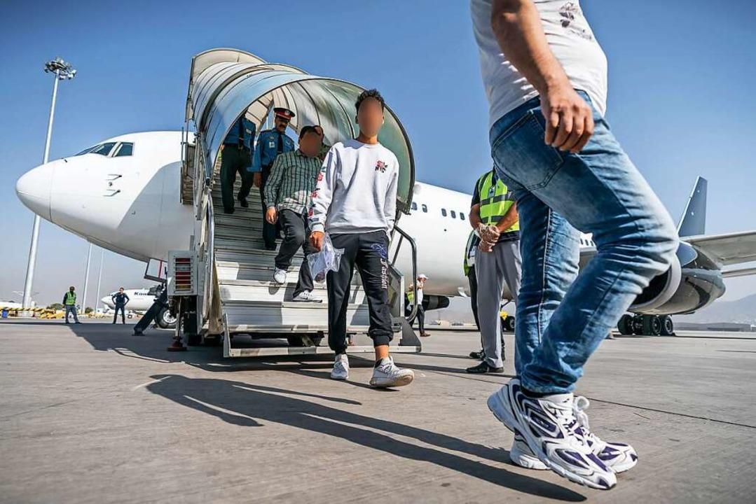 Aus Deutschland abgeschobene Afghanen 2019 auf dem Flughafen in Kabul  | Foto: Michael Kappeler