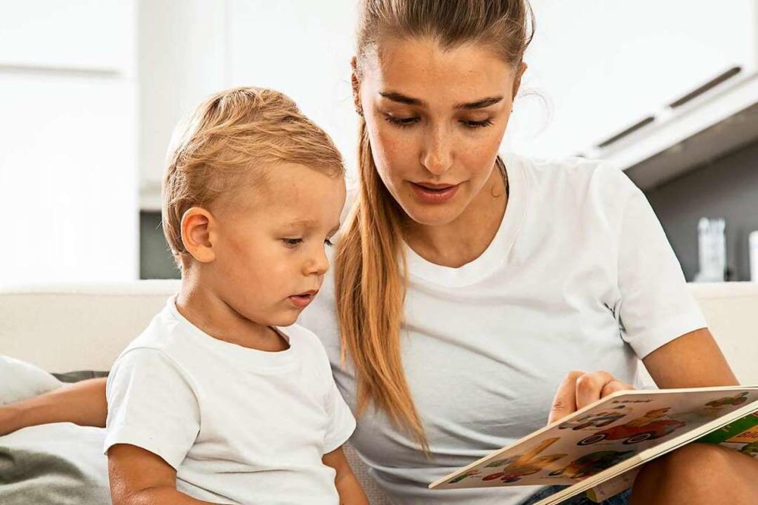 Auf Bilder zeigen, Fragen stellen, Sac...n: So macht Vorlesen den Kindern Spaß.    Foto: Christin Klose (dpa)