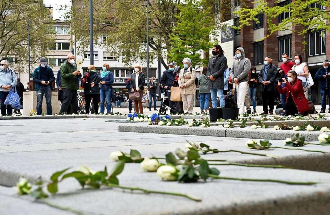 Weiße Rosen auf dem Gedenkbrunnen auf ...nken an die Freiburger Opfer der Shoah  | Foto: Thomas Kunz
