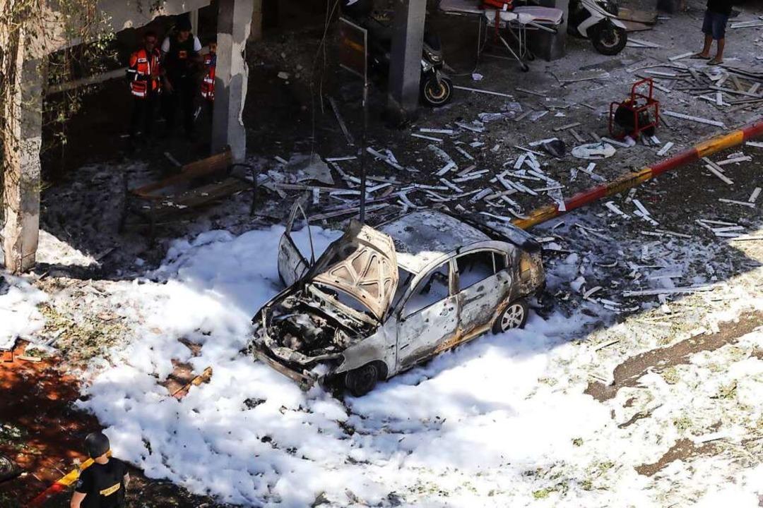 Israel, Ramat Gan: Ein ausgebranntes A... islamistischen Hamas getroffen wurde.  | Foto: Ilia Yefimovich (dpa)