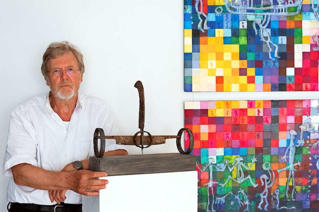 Ehrhard Sachs mit Skulptur und Gemälde.    Foto: Helmut Rothermel