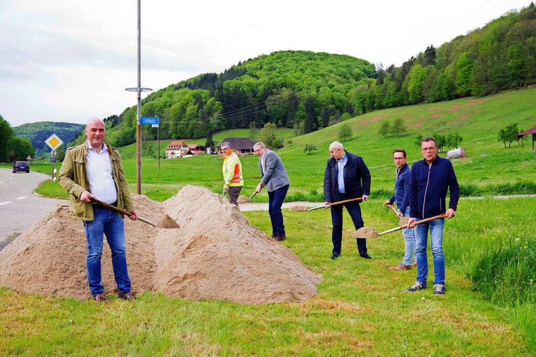 Bürgermeister Matthias Litterst (links...egs von Dörlinbach nach Schweighausen.    Foto: Beate Zehnle-Lehmann