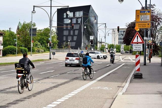 Nach Startschwierigkeiten folgen die meisten Radler der neuen Verkehrsführung