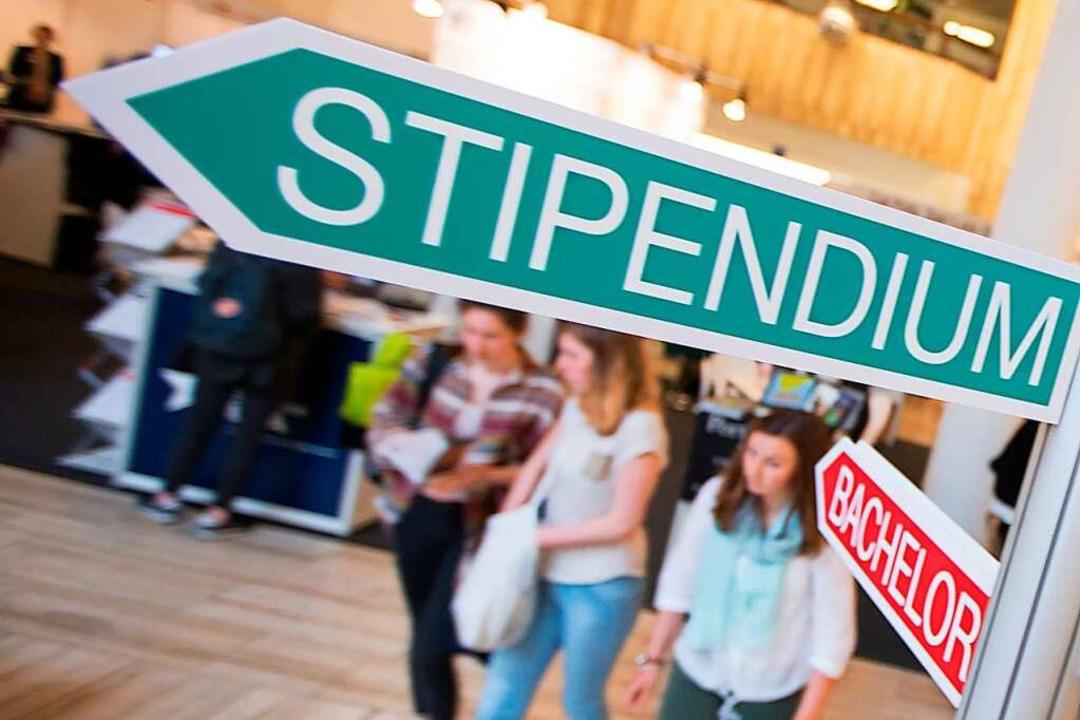 Ein Stipendium können auch junge Leute...rtigen Studiengebühren nicht bezahlen.  | Foto: Florian Schuh