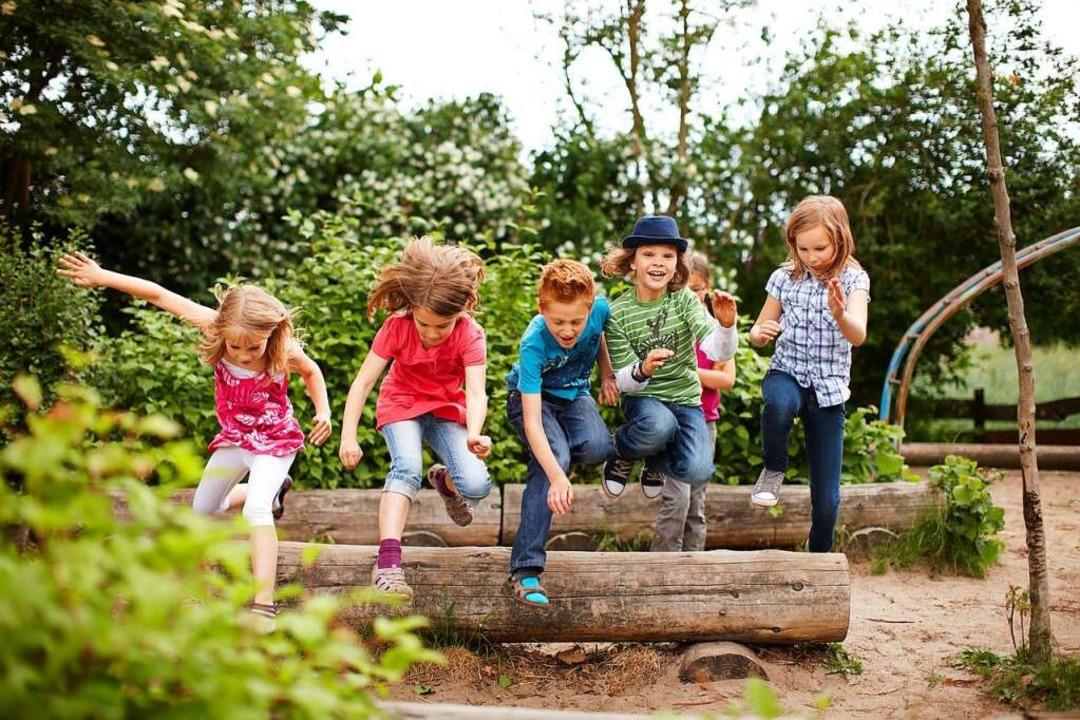 Kinder toben in einem Park.  | Foto: Christian Schwier