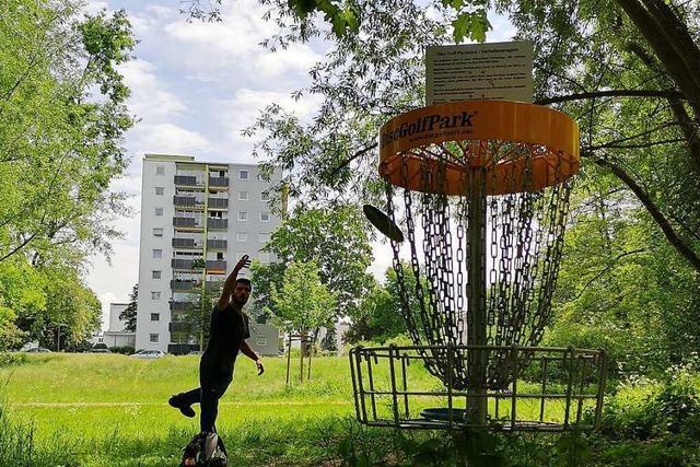 Freiburger Verein stellt fünf Discgolf-Körbe in Denzlinger Park auf
