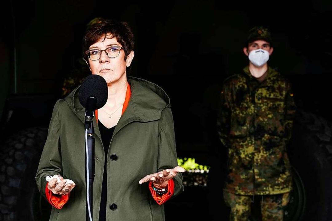 Die Ministerin am Montag beim Besuch des ABC-Abwehrbataillons 750 in Bruchsal  | Foto: Uwe Anspach (dpa)