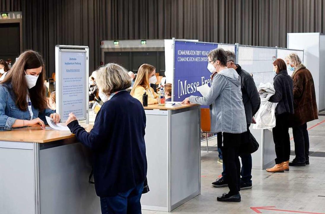 In den Impfzentren, wie hier in Freibu...etzt vor allem Zweitimpfungen gemacht.    Foto: Thomas Kunz