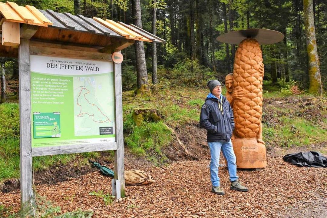 Eröffnung des Weißtannen-Lehrpfads im ...mas Rees erläutert seine Holzskulptur.    Foto: Thomas Biniossek