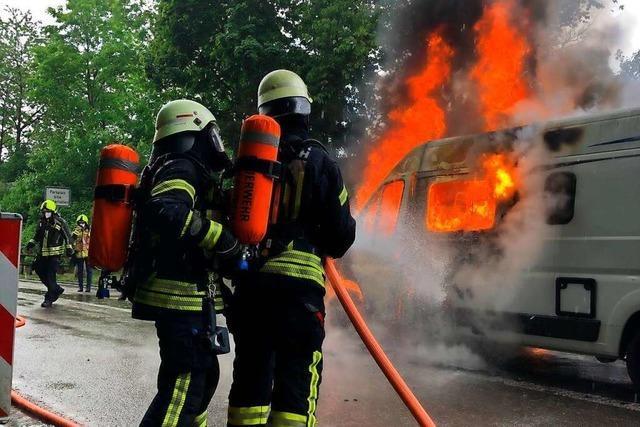 Ein Wohnmobil brannte auf einem Parkplatz an der B 294 aus