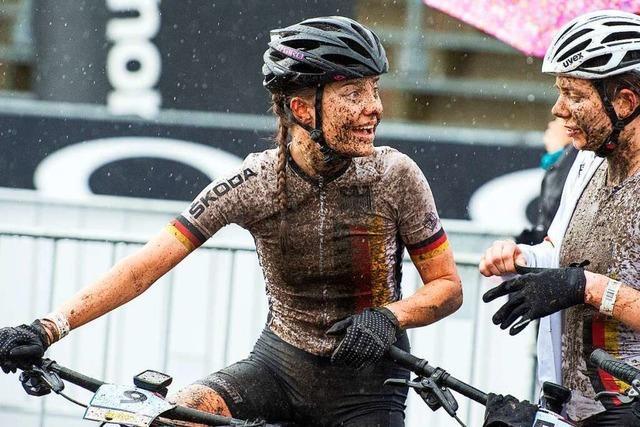 Im Matsch blüht die Nollinger Mountainbikerin Finja Lipp auf