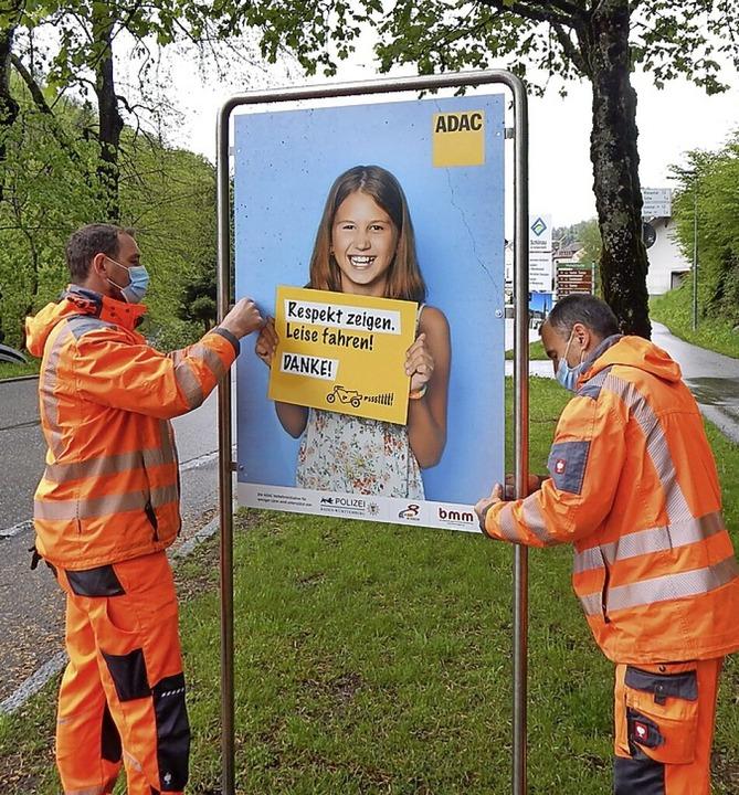 Die Mitarbeiter des Werkhofes beim Auf... neuen Schilder gegen den Motorradlärm  | Foto: Mitarbeiter Gemeindeverwaltungsverband Schönau