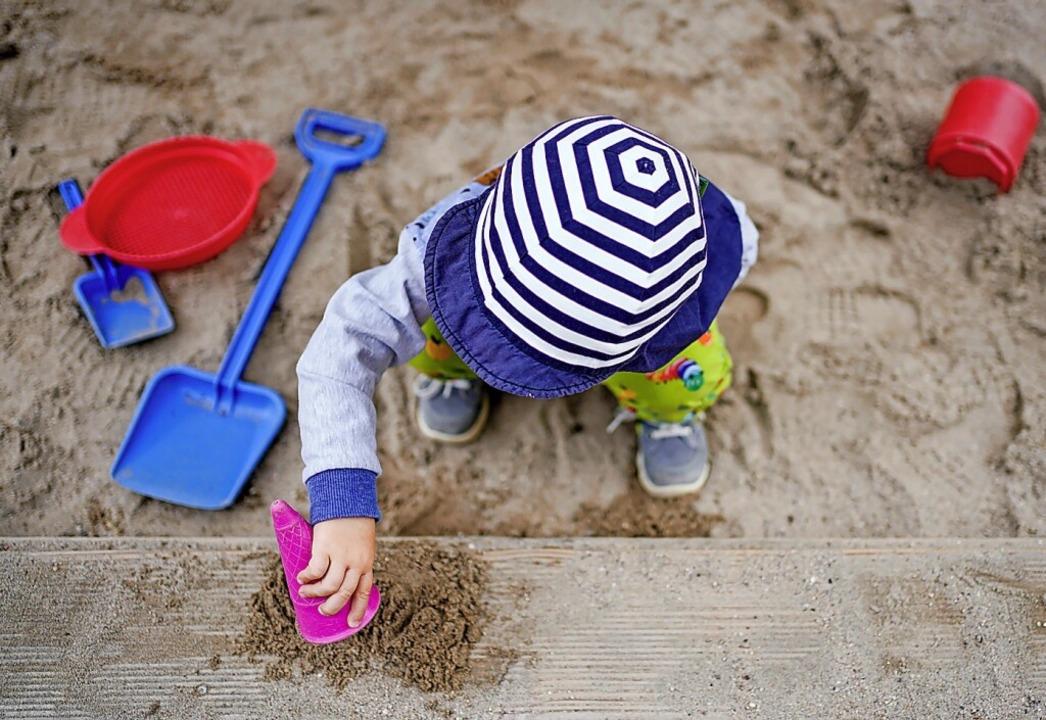 Die Kinderbetreuung in Lörrach soll ausgebaut werden.  | Foto: Uwe Anspach (dpa)