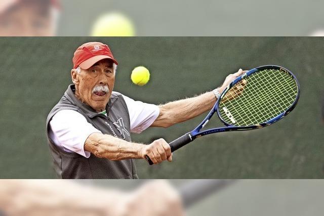 Mit 79 auf dem hauseigenen Tennisplatz