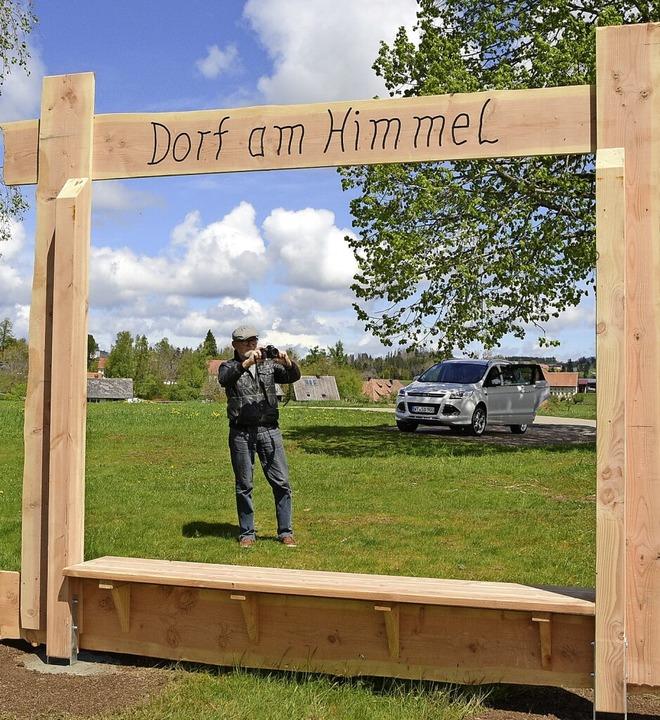 Riesige Holzrahmen weisen Hobbyfotogra...nschwand auf besondere Fotomotive hin.  | Foto: Stefan Pichler